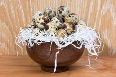 Przepiórek jajka kłama w drewnianym pucharze Fotografia Stock