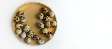 Przepiórek jajka na round beżowym ceramicznym talerzu obrazy royalty free