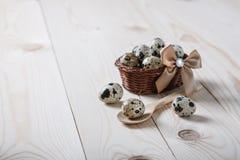 Przepiórek jajka w małym koszu na drewnianej desce Wielkanocna dekoracja Zdjęcia Royalty Free