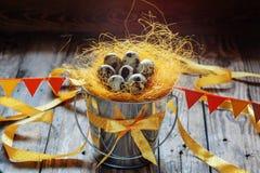 Przepiórek jajka w wiadrze dekorującym z taśmami i etykietkami, wielkanoc de zdjęcie royalty free