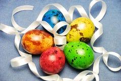 Przepiórek Wielkanocni jajka na błękitnym bieliźnianym tle fotografia stock