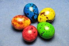 Przepiórek Wielkanocni jajka na błękitnym bieliźnianym tle Fotografia Royalty Free