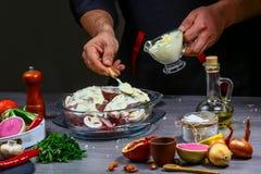 Przepis dla kulinarnego królika mięsa Szef kuchni nalewa kwaśnego kremowego kumberland na królika mięsie, kulinarny proces, resta obrazy stock