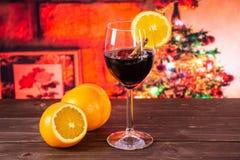 Przepis krok po kroku gorąca czerwień rozmyślał wino z choinką za fotografia stock
