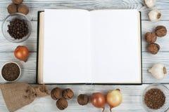 Przepisu pustego miejsca kucbarska książka na drewnianym tle, łyżka, toczna szpilka, w kratkę tablecloth Odgórny widok obraz royalty free
