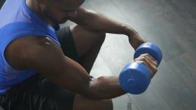Przepoconego sportowa podnośny dumbbell, trening w gym, siła wola, dyscyplinująca zbiory