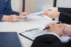 Przepytujący lub deska czyta życiorys podczas akcydensowego wywiadu, Em Zdjęcia Stock