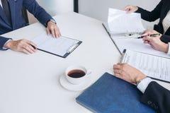 Przepytujący lub deska czyta życiorys podczas akcydensowego wywiadu, Em Obrazy Stock