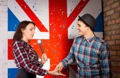 Przepytujący Wokoło Trząść ręki z kandydatem Obrazy Royalty Free
