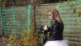 Przerażająca panna młoda z bukietem czerń kwiaty i makijaż w postaci czaszki zbiory
