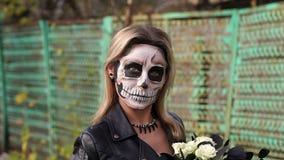 Przerażająca panna młoda z bukietem czerń kwiaty i makijaż w postaci czaszki zbiory wideo