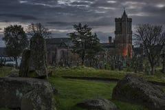 Przerażający cmentarz i antyczny kościół Obraz Stock