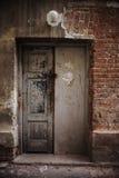 Przerażający drzwi w uszkadzającym budynku w slamsy okręgu Obraz Stock