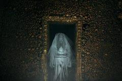 Przerażający duch w katakumbie pełno kości Zdjęcie Stock