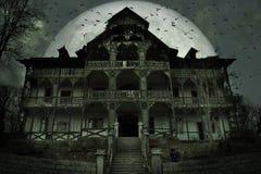 Przerażający nawiedzający dom z ciemną horror atmosferą Czarny kot, wiele nietoperze i duża księżyc w pełni za frightful sceną, fotografia stock