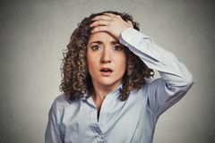 Przerażona młoda biznesowa kobieta patrzeje szokujący Obraz Royalty Free