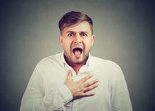 Przerażony mężczyzna pozuje przy kamerą zdjęcie royalty free