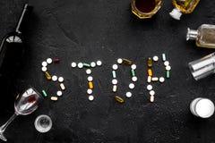 Przerwa alkohol Formułuje przerwę wykładającą z pigułkami blisko szkieł i butelek na czarnej tło odgórnego widoku kopii przestrze Obrazy Stock