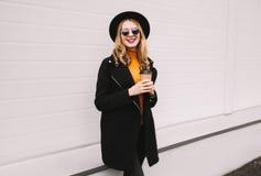 Przerwa czas! Elegancka uśmiechnięta młoda kobieta z filiżanki odprowadzeniem zdjęcie royalty free