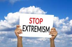 PRZERWA ekstremizmu karta w ręce przeciw niebieskiemu niebu z chmurami Obrazy Royalty Free