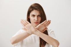 Przerwa, nienawidzę taki postawę Portret gniewna nierada atrakcyjna europejska dziewczyna seansu przerwa lub niechęć gest, żadny obrazy stock