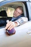 Przerwa pijący kierowca spadał uśpiony przy kołem obrazy stock