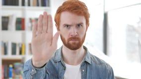 Przerwa, Przypadkowy rudzielec mężczyzny powstrzymywanie z ręką zdjęcie wideo