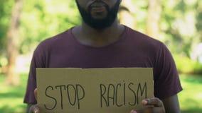 Przerwa rasizmu słowa pisać na szablonie w rękach amerykanina mężczyzna, pojęcie zbiory wideo