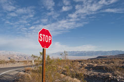 PRZERWA ruchu drogowego znak przeciw niebieskiemu niebu obrazy royalty free
