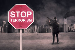 Przerwa terroryzmu tekst z męskim terrorystą Zdjęcia Royalty Free
