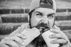 Przerwa uwalnia g?odu, pragnienia Brodaty m??czyzna ma i hot dog i kawy dla przek?ski przerwy Kaukaski facet cieszy si? fast food zdjęcia stock
