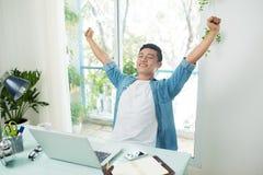 przerwy biznesu zabranie Uśmiechnięty przystojny azjatykci biznesmen Obrazy Royalty Free