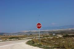 Przerwy czerwieni znak na drogowym ` s krzyżu Zdjęcia Royalty Free