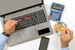 przerwy kawy kopii filiżanki głębii biurka pola laptopu biura płycizny przestrzeni biel Zdjęcia Royalty Free