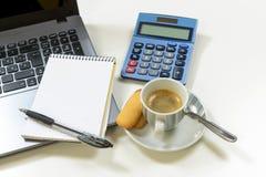przerwy kawy kopii filiżanki głębii biurka pola laptopu biura płycizny przestrzeni biel Obraz Stock