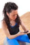 przerwy telefon komórkowy sprawności fizycznej dziewczyny ładny zabranie obrazy stock
