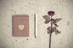 Przerzedżę suszył różanego kwiatu z notatnikiem na morwa papierze Zdjęcie Royalty Free