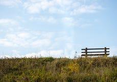 Przerzedże ławkę na brzeg rzeki Obrazy Royalty Free