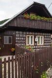 Przerzedże ścianę z dekoracjami w Cicmany wiosce Obrazy Royalty Free