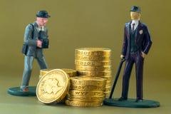 Przerzedże Biznesowego mężczyzna miniatury modela i angielszczyzn Jeden Funtowe monety fotografia stock
