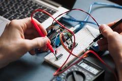 Przerzedże deskowego microcontroller probierczego zakończenie zdjęcie royalty free