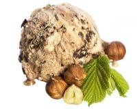 Przerzedże jadalnego hazelnut odgórny widok - czekoladowa lody piłka z dokrętkami i hazelnut liściem odizolowywającym na białym t zdjęcia stock