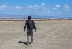 Przerzedże mężczyzna odprowadzenie na suchym słonym jeziorze w Limassol, Cypr Obrazy Stock