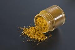 Przerzedże małą butelkę wypełniającą z kolorowym koloru żółtego proszkiem Zdjęcia Stock