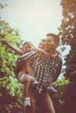 Przerzedże ojca bawić się w naturze z jego córką Ojca carryi fotografia stock