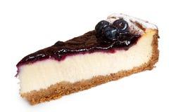 Przerzedże plasterek czarnej jagody cheesecake z świeżym czarnej jagody isol zdjęcia royalty free