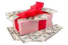 Przerzedże różowego prezenta pudełko z czerwonym faborkiem i dolarami Obraz Stock