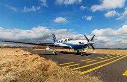 Przerzedże turbośmigłowego samolot na lotniskowym Pribram, 28th 2014 Luty Zdjęcie Royalty Free