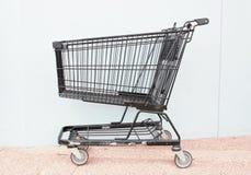 Przerzedże pustego wózek na zakupy na asfalcie Zdjęcie Stock