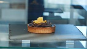 Przerzedże tort na okno sklep Fotografia Royalty Free